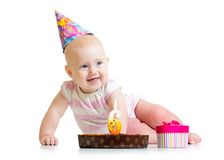有生日蛋糕和礼物盒的女婴 免版税库存照片