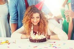 有生日蛋糕在家党的愉快的妇女 库存照片