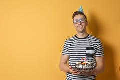 有生日蛋糕的年轻人 库存图片