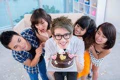 有生日蛋糕的男孩 免版税图库摄影