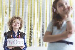 有生日蛋糕的男孩 免版税库存照片