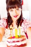有生日蛋糕的葡萄酒女孩 库存照片