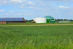 有生物气的现代槽枥和太阳 库存图片