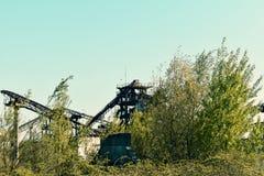 有生锈的元素的被放弃的工业平台 免版税库存照片