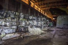 有生锈的坦克柴油引擎的军事仓库 免版税库存照片