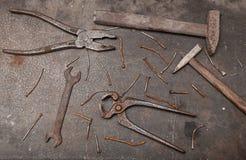 有生锈的工具的工作凳 免版税库存图片