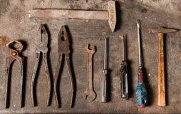 有生锈的工具的工作凳 库存图片