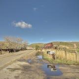 有生锈的谷仓和邮件箱子的爱达荷农场 库存照片