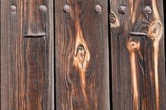 有生锈的钉子和铁铆钉的棕色木板 免版税库存图片