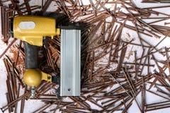 有生锈的钉子的空气敲钉工 免版税库存照片