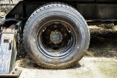 有生锈的钢鼓和结atta的老多灰尘的拖拉机车轮 免版税库存图片