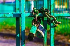 有生锈的锁和链子的金属篱芭 库存图片