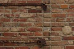 有生锈的锁的老砖墙 免版税库存图片