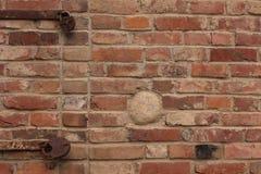有生锈的锁的老砖墙 库存图片