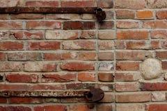 有生锈的锁的老砖墙 免版税库存照片