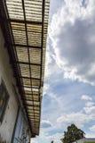 有生锈的建筑的老波纹状的聚碳酸酯纤维屋顶 免版税库存图片