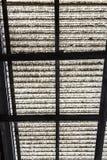 有生锈的建筑的老波纹状的聚碳酸酯纤维屋顶 免版税库存照片