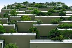 有生长在阳台的树的摩天大楼垂直的森林 免版税图库摄影