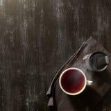 有用和温暖在一块棕色餐巾的茶 图库摄影