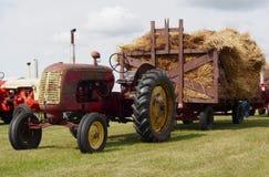 有用干草装载的干草无盖货车的古色古香的拖拉机 库存照片