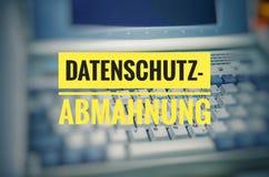 有用德语的Datenschutz-Abmahnung膝上型计算机在英国保密性警告 库存照片