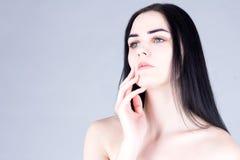 有用手接触面颊的黑发的妇女 被设色的背景秀丽蓝色概念容器装饰性的深度详细资料域充分的仿效宏观自然超出珍珠浅天空 免版税库存图片