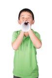 有用白皮书做的一台假扩音机的小男孩被隔绝在白色背景,孩子的权利 免版税库存照片