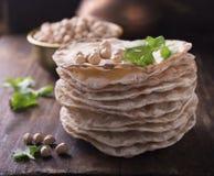 有用的家塔稀薄的酥脆大面包结块用vegetarinskogo和健康吃的鸡豆面粉 在黑暗 免版税库存照片