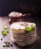 有用的家塔稀薄的酥脆大面包结块用vegetarinskogo和健康吃的鸡豆面粉 在黑暗 图库摄影