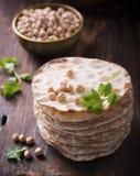 有用的家塔稀薄的酥脆大面包结块用vegetarinskogo和健康吃的鸡豆面粉 在黑暗 库存图片