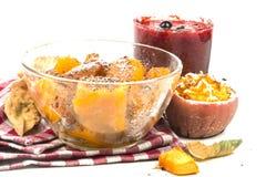 有用的成熟切片煮熟的南瓜用被烘烤的苹果 免版税图库摄影