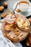 有用的早餐多士蜂蜜核桃健康食物 库存照片