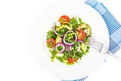 有用的沙拉用鲕梨和新鲜蔬菜 健康饮食的概念 免版税库存图片