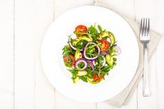 有用的沙拉用鲕梨和新鲜蔬菜 健康饮食的概念 免版税图库摄影