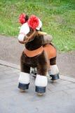 有用的玩具:孩子的一匹虚假毛皮迷你马 库存照片