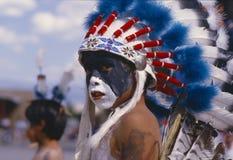 有用羽毛装饰的头饰的美国本地人男孩 库存照片