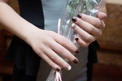 有用紫胶盖的钉子的妇女的手 库存图片