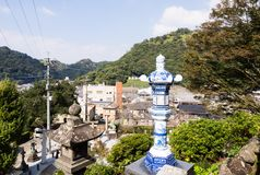 有田町镇全景从历史的Tozan寺庙地面的著名为它的陶瓷艺术 库存图片