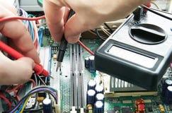 有电压表的技术员手 免版税图库摄影