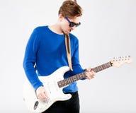 有电吉他的英俊的年轻人 免版税图库摄影