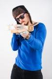 有电吉他的英俊的年轻人。 在吉他的重点 免版税库存图片
