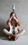 有电吉他岩石的女孩 免版税库存照片
