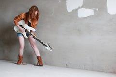 有电吉他岩石的女孩 免版税库存图片