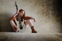 有电吉他岩石的女孩 库存图片