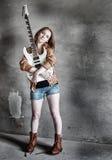 有电吉他岩石的难看的东西女孩 免版税库存图片