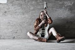 有电吉他岩石的难看的东西女孩 库存照片