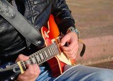 有电吉他的吉他演奏员 库存照片