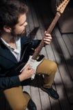 有电吉他的时髦的有胡子的人; 库存照片
