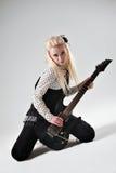 有电吉他的美丽的白肤金发的女孩 库存图片
