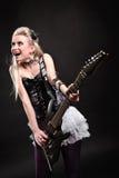 有电吉他的美丽的白肤金发的女孩 免版税图库摄影
